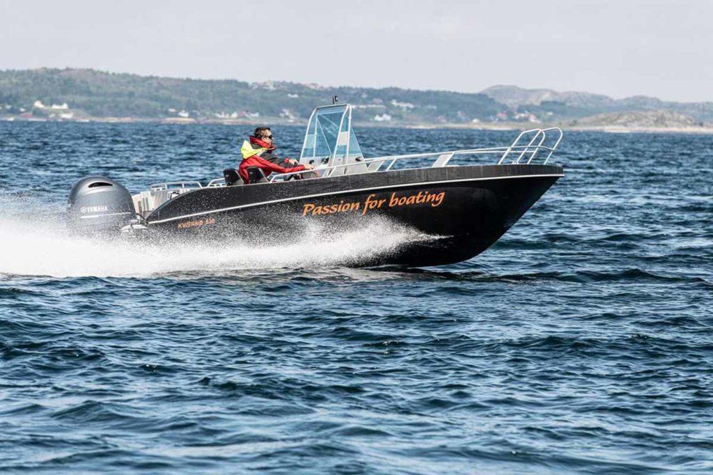 Mit dem 80 PS starken Motorboot kommt ihr schnell auf den Risøysund hinaus – dank der Mitternachtssonne übrigens zu jeder Tageszeit! Foto: DinTur