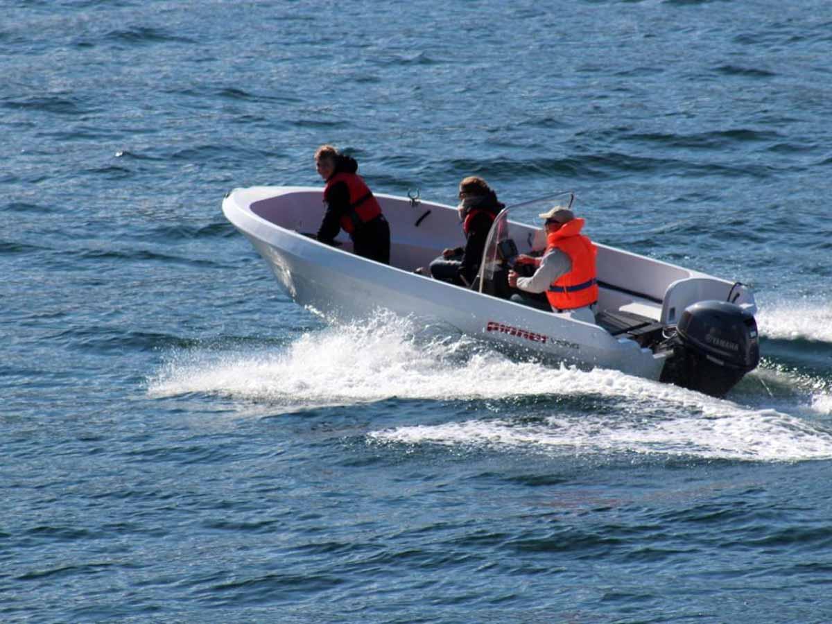Mit dem 30-PS starken Boot erreicht Ihr schnell alle heißen Angelplätze. Foto: Borks