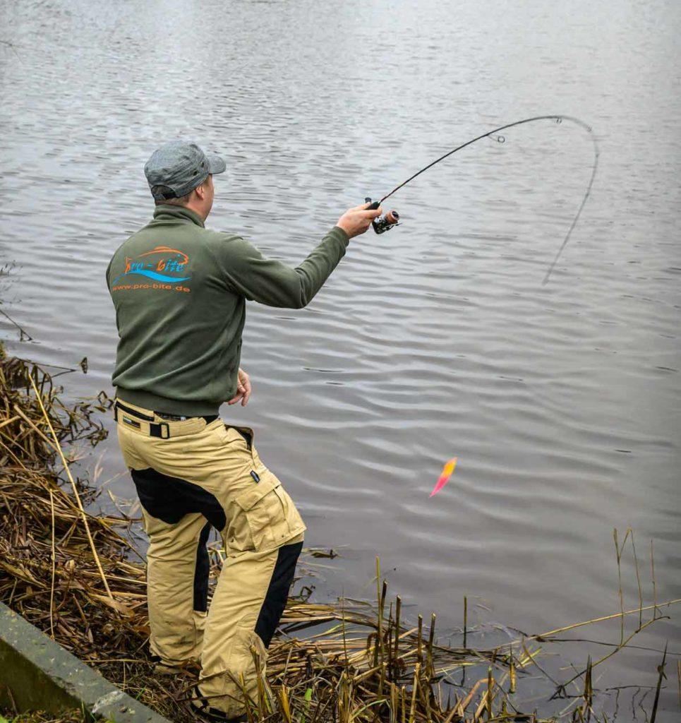 Beim Wurf wird deutlich, wie weich die Ruten zum Spoonangeln sind. Sie federn die Fluchten der Fische sauber ab. Foto: W. Krause