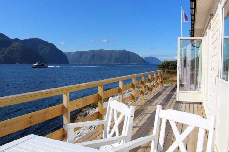 Im Sommer kann auf der Terrasse gegessen werden! Es gibt sogar einen Grill – perfekt für frisch gefangenen Fisch. Foto: Borks