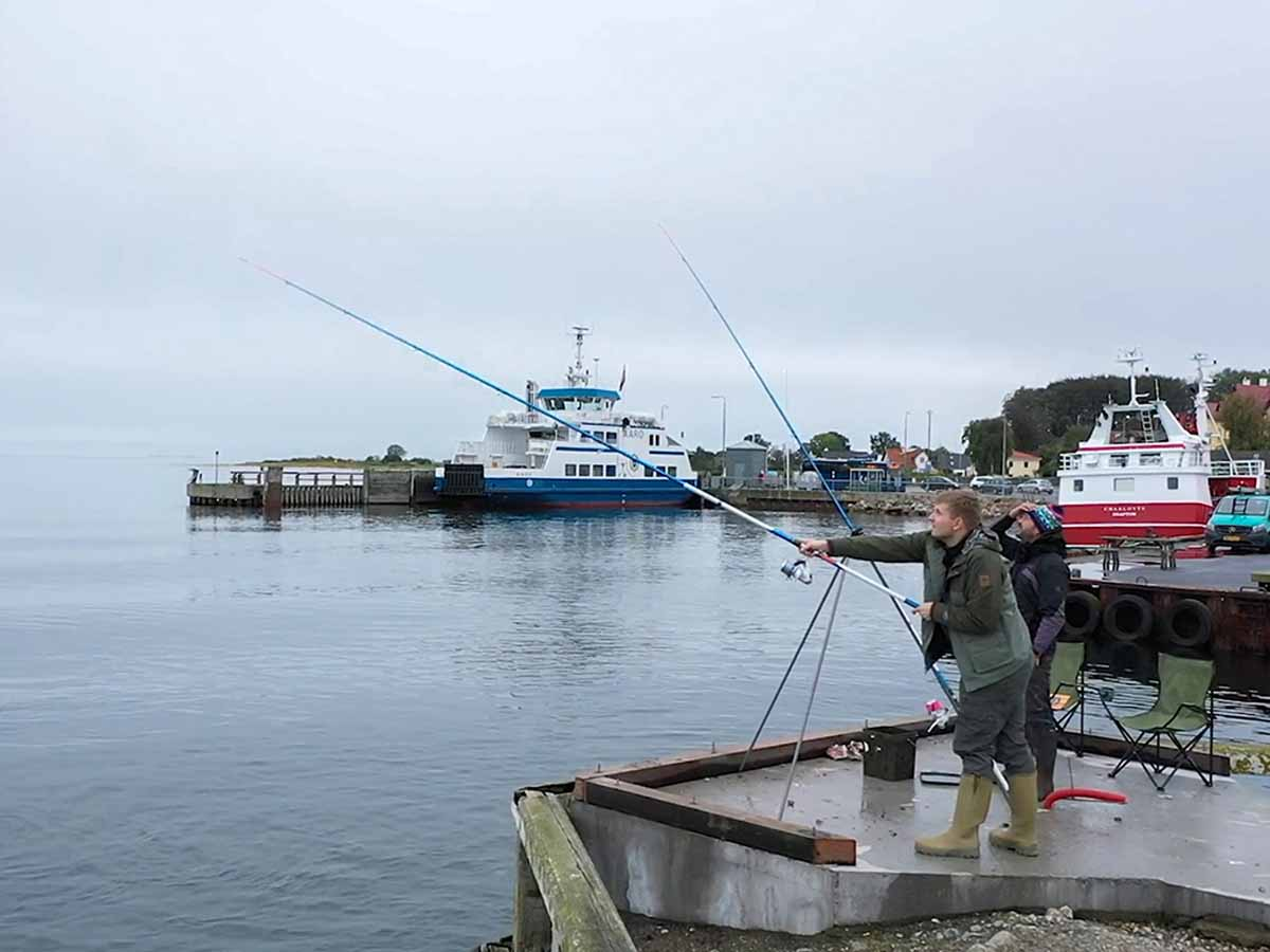 Die Hafenmole von Årøsund ist das ganze Jahr über ein Hotspot für Brandungsangler. Im Frühjahr ziehen hier auch Heringe entlang, im Sommer kommen die Makrelen. Foto: Blinker