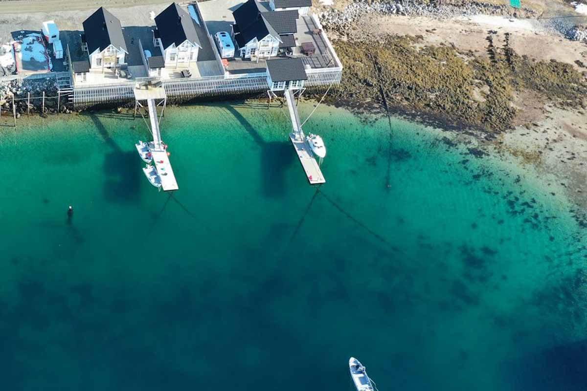 Ferienhäuser direkt am türkisblauen Wasser erwarten Euch beim Angeln in Johnnybu. Foto: Borks