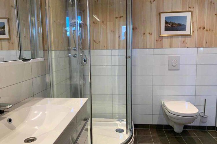 Die zwei Badezimmer sind sauber und modern. Foto: Borks