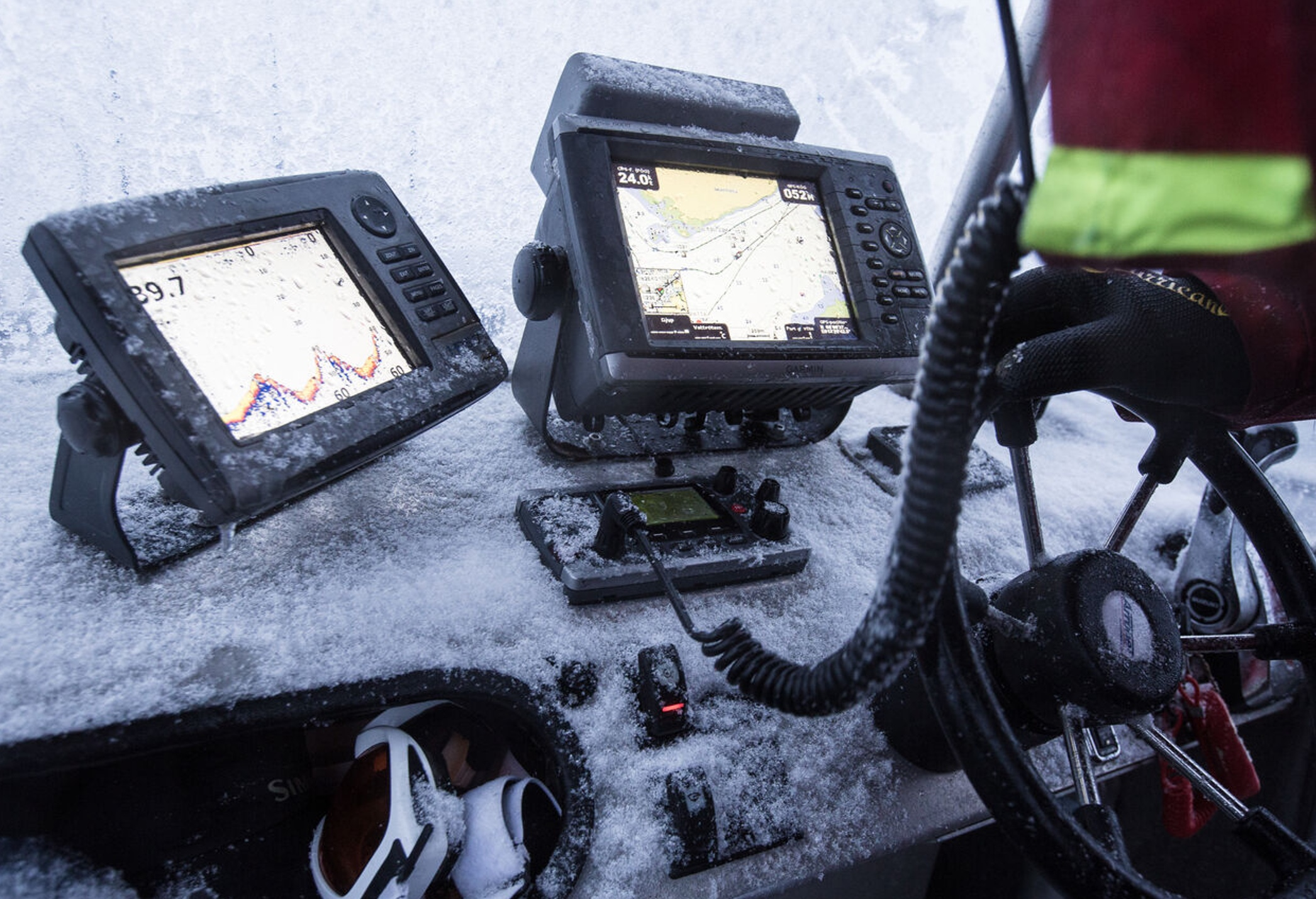Eis und Schnee überziehen das Boot, das gehört beim Skrei dazu – und auch ein gutes Echolot! Den der Kreis zieht umher und muss gefunden werden.