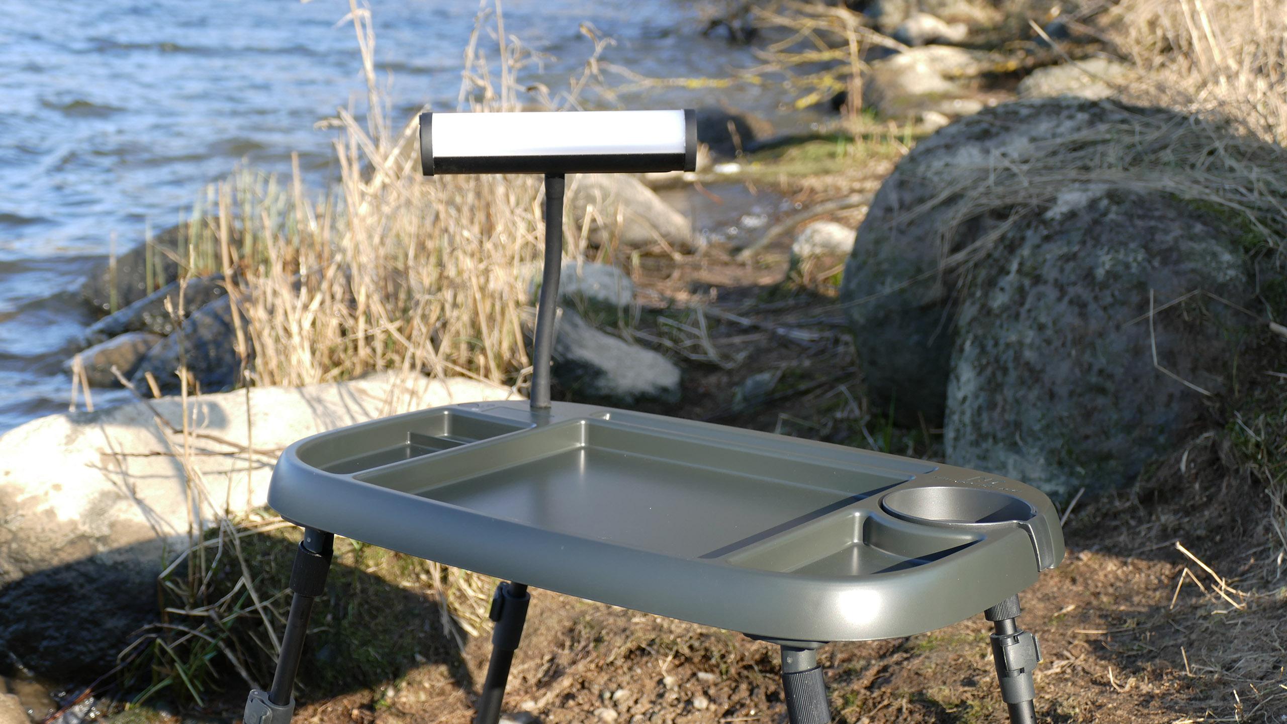 Das separat erhältliche Bivvylight macht den Tisch noch smarter: Per Smartphone könnt ihr die Beleuchtung steuern. Foto: New Direction Tackle
