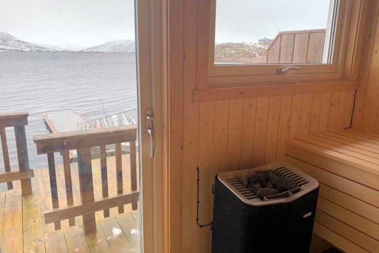 Das Ferienhaus von Borks hat nicht nur eine Sauna, durch das Panoramafenster habt ihr auch noch einen atemberaubenden Blick aufs Wasser. Foto: Borks