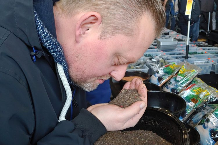 Andreas Post wählt sein Futter nach der Aromaprobe.