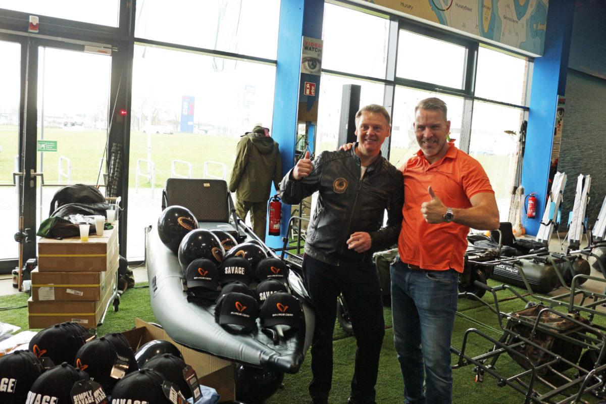 Das richtige Los für den voll ausgestatteten Savage Gear Kajak kaufte Andreas Winter aus Buxtehude. Mads gratulierte dem Gewinner. Foto: A. Pawlitzki
