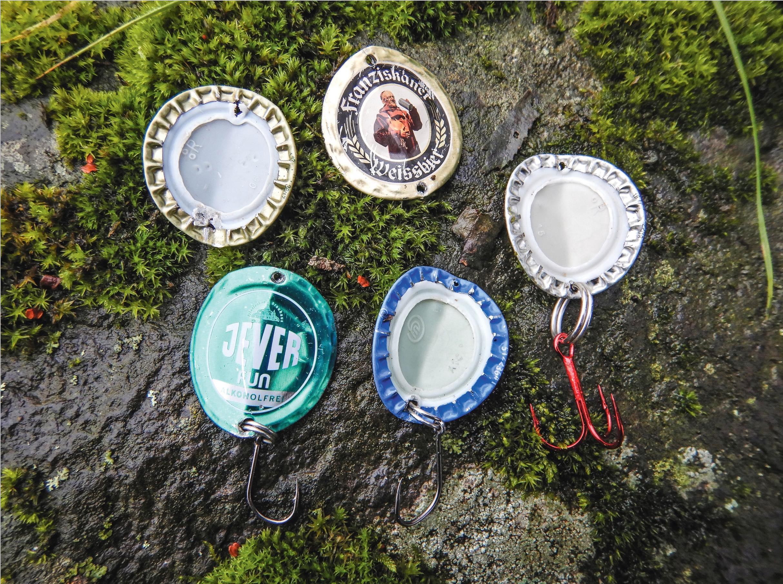 """Nachdem Thorsten aus mehreren Kronkorken Eigenbau-Spoons in verschiedenen Farben gebastelt hat, werden die Sprengringe aufgezogen, danach die Haken. Und jetzt schauen wir mal, ob die Forellen heute lieber """"Franziskaner"""" oder """"Jever"""" wollen. Beginnen wird Thorsten mit der blauen Variante."""