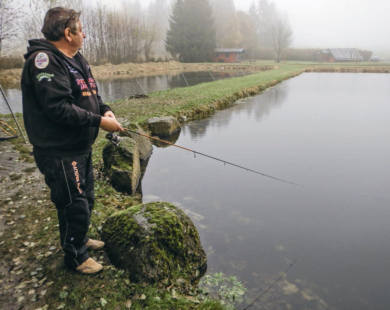 """Still ruht der See. Wenn gar nichts beißt, muss auch ein alter Hase wie Andy Weyel zu Zusatzreizen greifen und seinen schwarzen """"Duckfoot""""-Gummiköder mit Farbe und Duft verstärken. Foto: F. Schlichting"""