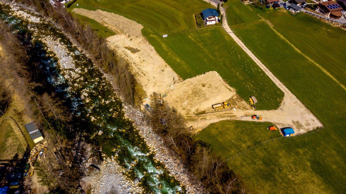 Die Drone zeigt: die Öztaler Ache in Tirol wird von Bauarbeiten für das neue Kraftwerk Tumpen-Habichen belegt – und dies, obwohl ein gerichtliches Verfahren noch anhängig ist...  Foto: Pistyll Productions