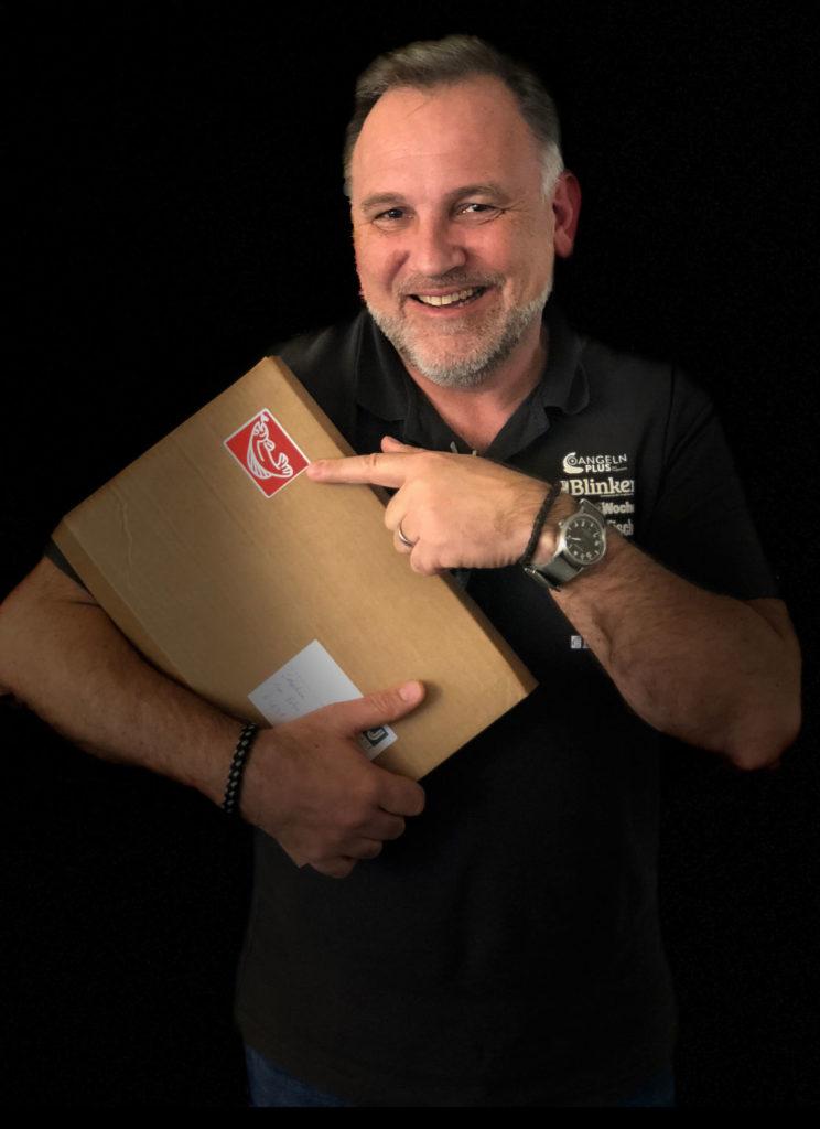 Wir packen es nicht nur an, sondern für euch sogar ein! In diesem Care-Pakete mit Lektüre gegen Langeweile stecken 8 Magazine, exklusiv für Angler und solche, die es werden wollen. Foto: S. Staude-Panzer