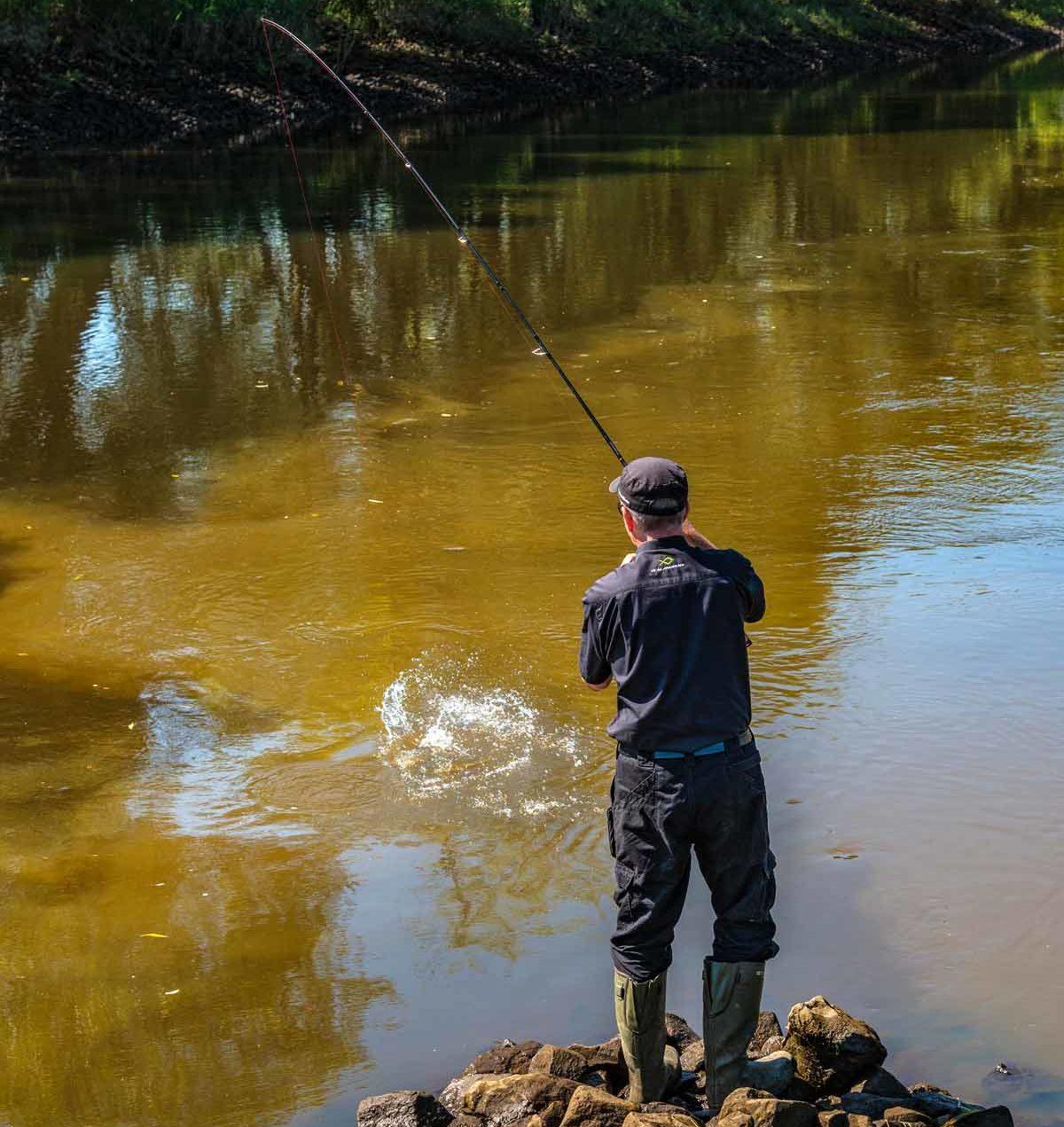 Rolf verwendet beim Angeln mit Grundel auf Zander am liebsten die Dropshot-Methode und benutzt hierbei die gleichen Ruten wie zum Spinnfischen mit Jig und Gummi.