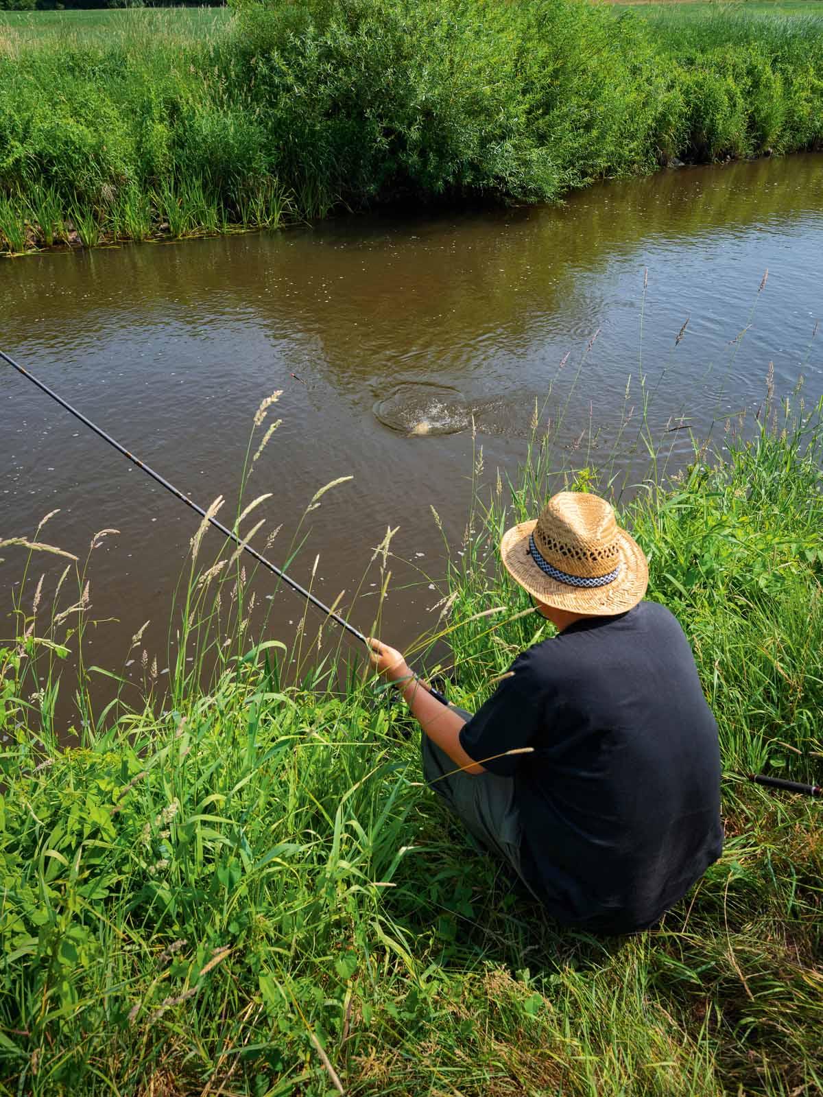 Zum Drillen geht André dem Fisch entgegen. Besonders große Exemplare am dünnen 12er Vorfach gegen die Strömung zu sich heranzuziehen, ist so gut wie unmöglich.
