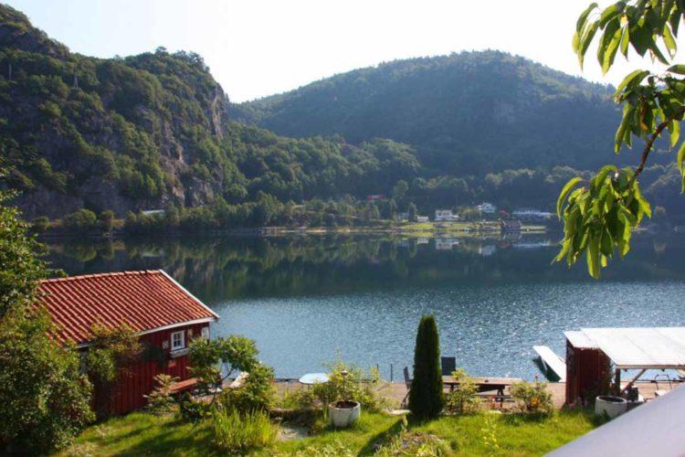 Was für eine Aussicht! Von der Terrasse aus haben Sie einen tollen Blick über den Fjord. Da schmeckt das Frühstück gleich doppelt so gut. Foto: Borks