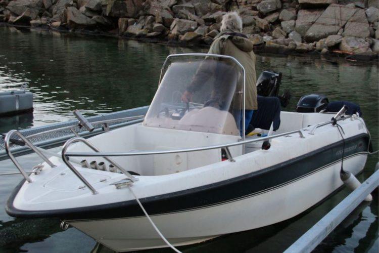 Das gut 4,5 Meter lange Boot beinhaltet einen Motor mit 60 PS, eine Lenkradsteuerung und ein Echolot.