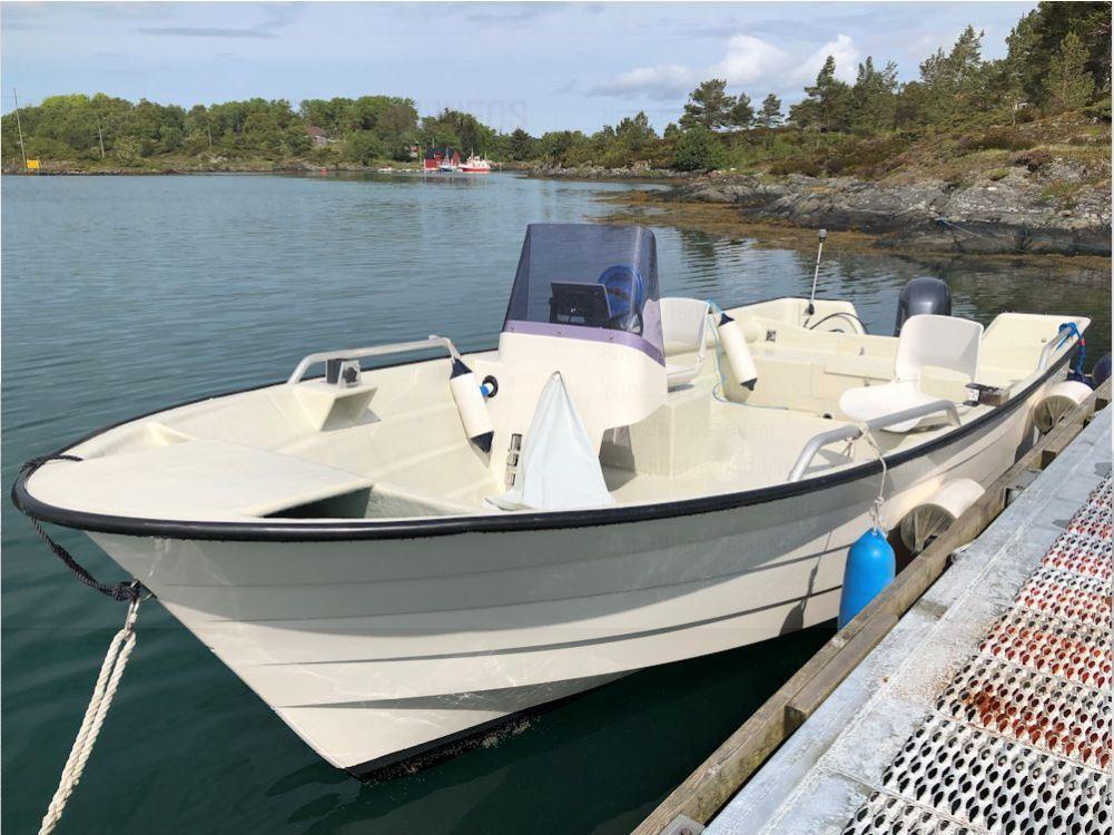 Das ca. 6 Meter lange und 50 PS starke Motorboot eignet sich perfekt, um die Schären und Fjorde abzuangeln. Es verfügt über Lenkradsteuerrung, einen Kartenplotter und ein Echolot! Foto: Borks