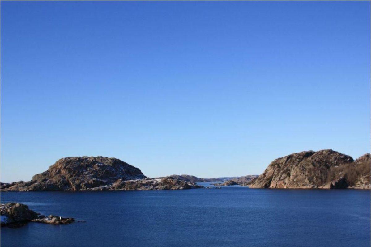 Die Küste Norwegens ist mit vielen steilen Felsen versehen. Dadurch sind Buchten und Fjorde auch bei windigem Wetter häufig sehr windgeschützt.