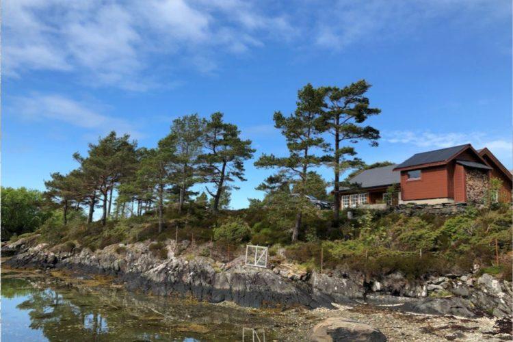 Das felsige, typisch skandinavische Ufer ist nur ein Vorgeschmack auf die Wildnis von Stavøya. Definitiv eine Wandertour wert! Foto: Borks