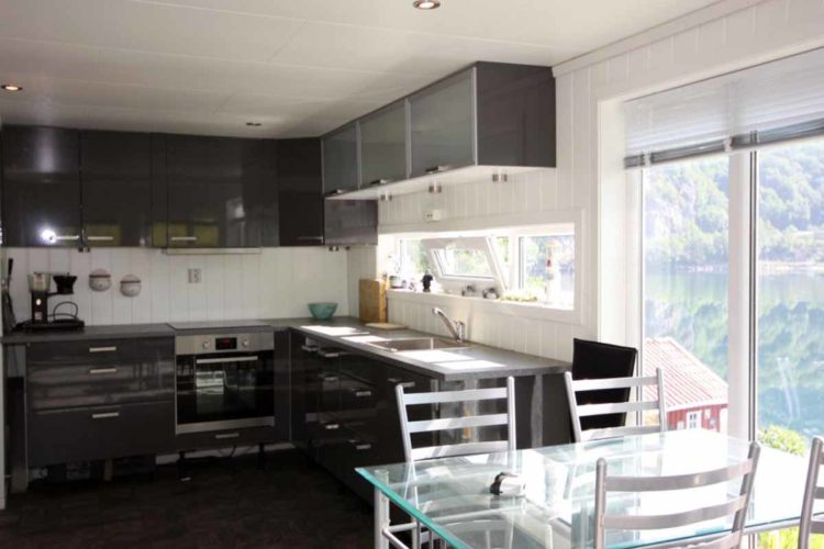 Die Küche ist offen und modern eingerichtet. Da macht das gemeinsame Zubereiten des Fangs richtig Spaß! Foto: Borks