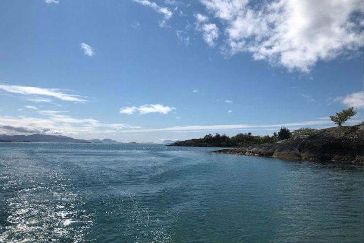 Hier treffen sich die Schären und das offene Meer. Diese wunderschönen Gewässer können Sie mit dem Motorboot erkunden und beangeln.