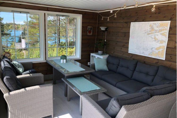 Im gemütlichen Wohnzimmer lässt es sich nach einem erfolgreichen Angeltag herrlich entspannen. Die großen Fenster sorgen für eine optimale Sicht auf die Bucht. Foto: Borks