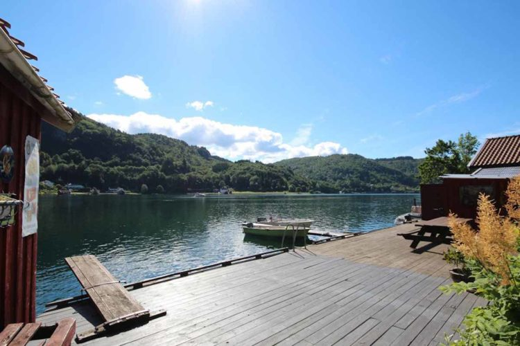 Der etwa 10 Meter lange Bootssteg lädt zum Baden und Sonnen ein. Außerdem befinden sich hier eine Ruheecke und der Filetierplatz. Foto: Borks