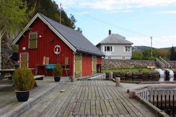 Der Bootssteg mit Bootshaus liegt nur 150 Meter vom Ferienhaus entfernt. Hier starten Ihre Angel-Abenteuer! Foto: Borks