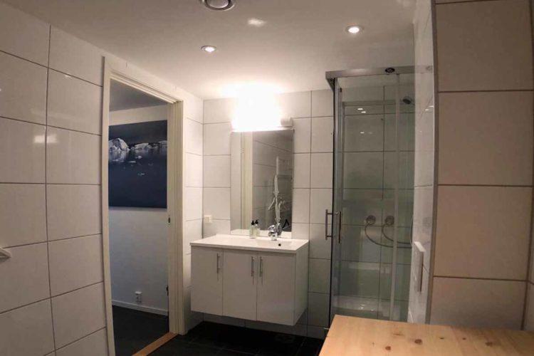 Die zwei Badezimmer sind sehr sauber und modern. Beide verfügen über eine eigene Dusche. Foto: Borks
