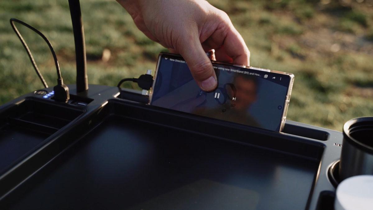Tablet fixiert, Angelfilm läuft. Damit der Saft nicht ausgeht, könnt ihr noch eine passende Powerbank dazukaufen – mit satten 23.400 mAh hat die ganz schön Saft. Foto: New Direction Tackle