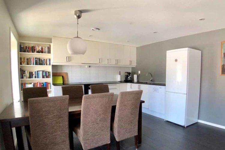Die offene Küche lädt nach einem gelungenen Angeltag zum gemeinsamen Kochen und Essen ein. Foto: Borks