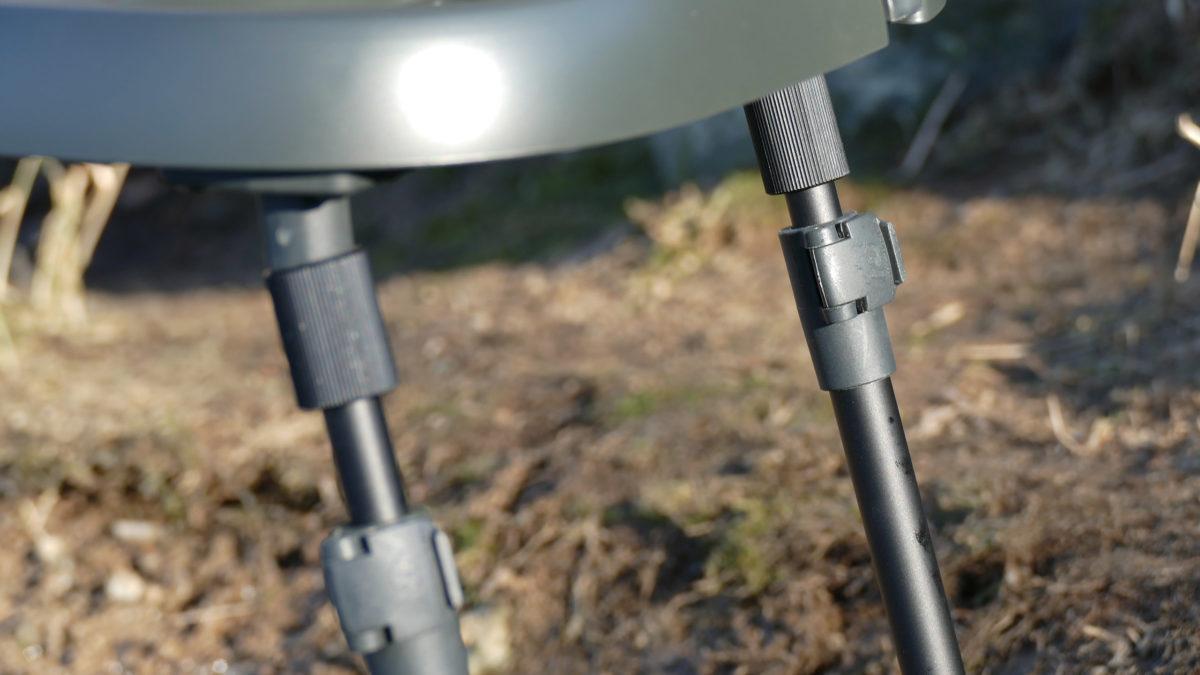 Per Quick-Lock werden die Beine verstellt. Unten schließt sich ein ausreichend dimensionierter Teller an, dessen Kippgelenk sich an jeden Untergrund anpassen lässt.