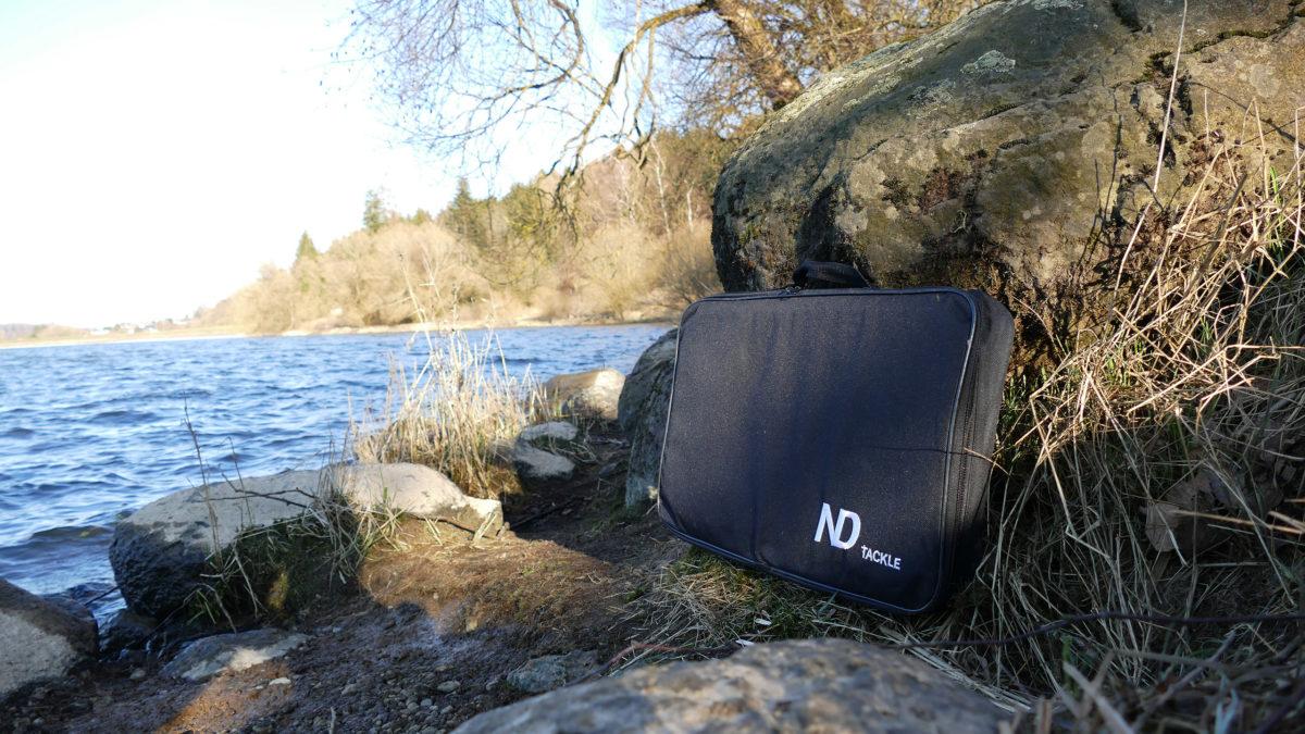 Der Bivvy Table kommt mit einer stabilen, hochwertigen Tasche, damit ihr ihn problemlos transportieren könnt. Foto: New Direction Tackle