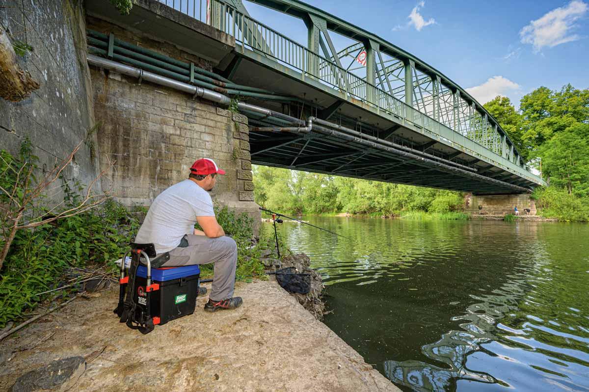 Ein perfekter Platz: Im Bereich des Brückenfundaments befindet sich eine zusätzliche Steinpackung – hier wohnen garantiert Aale!
