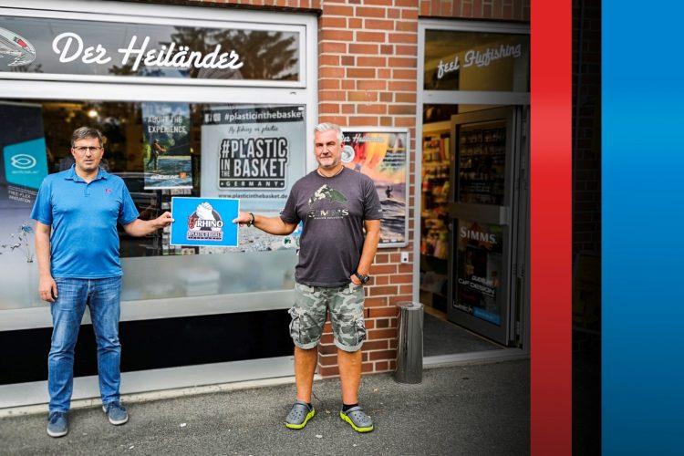 """Robert Welter, Verkaufsleiter Zebco Europe (links), und Christopher Heiland, 1. Vorsitzender von """"Plastic in the basket"""", besiegeln die Kooperation."""