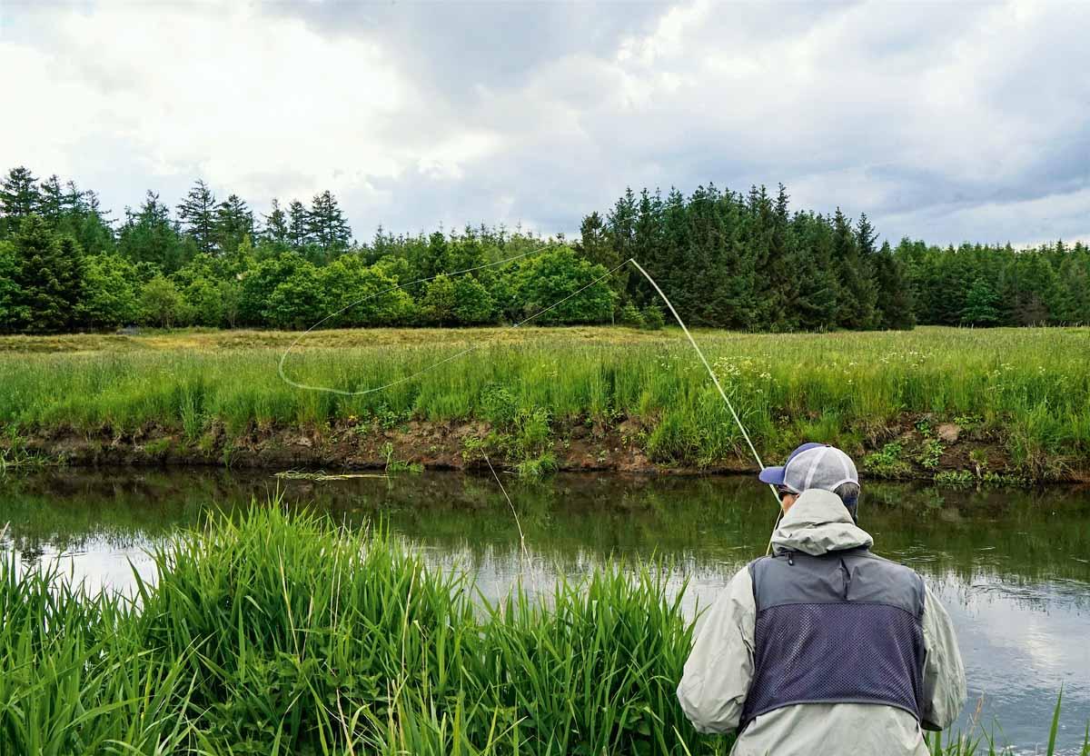 Für den richtigen Sound führt Morten den Wurf bewusst zur Wasseroberfläche gerichtet aus und lässt die Imitation unsanft auf die Oberfläche aufsetzen.