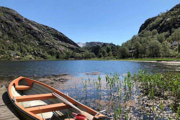 Direkt vor dem Haus liegt ein Badesee mit eigenem Boot und Badebrücke. So wird der Angelurlaub am Flekkefjord auch für Nichtangler zum Vergnügen.