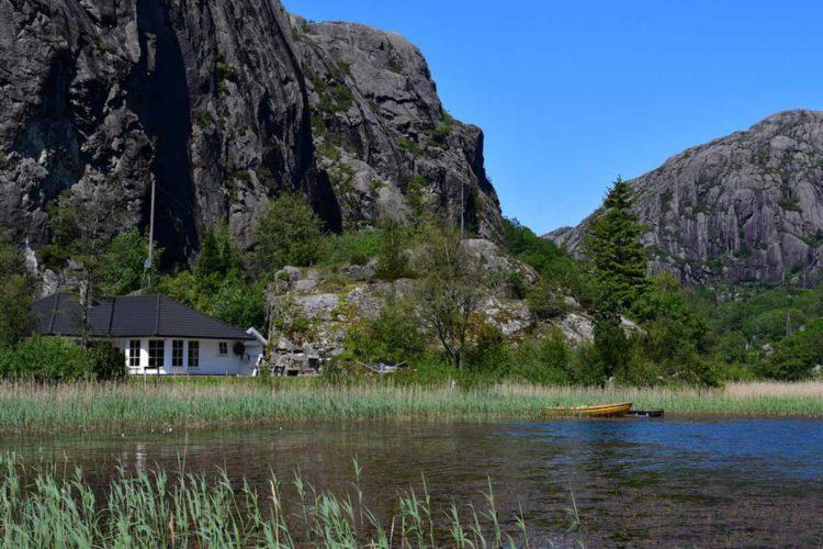 Das Ferienhaus von Borks liegt zwischen Felsen direkt am See, aber auch zum Meer ist es nicht weit. Perfekt für einen erfolgreichen Angelurlaub am Flekkefjord! Foto: Borks