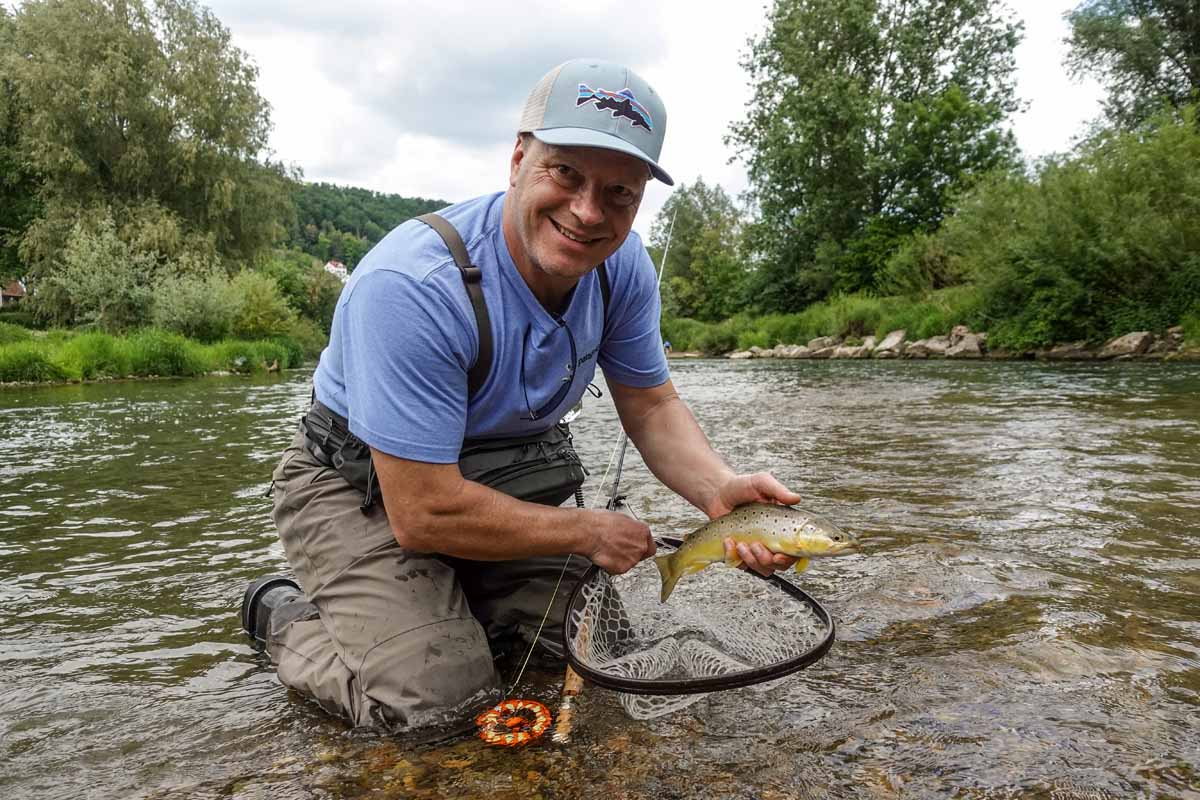 Nicht nur Theoretiker: Ralf Vosseler ist Fischer mit Herz und Seele. Am Wasser, hier am Neckar in der Nähe von Tübingen, geht der umtriebige Rollenbauer voll in der Natur auf.