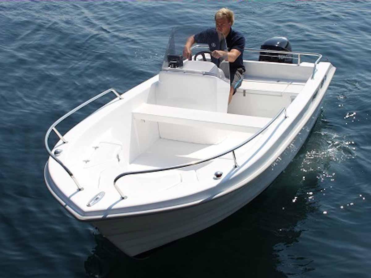 Mit dem 16 Fuß langen und 30 PS starken Angelboot können Sie den Geirangerfjord nach Herzenslust erkunden – und vor allem befischen! Foto: BORKS