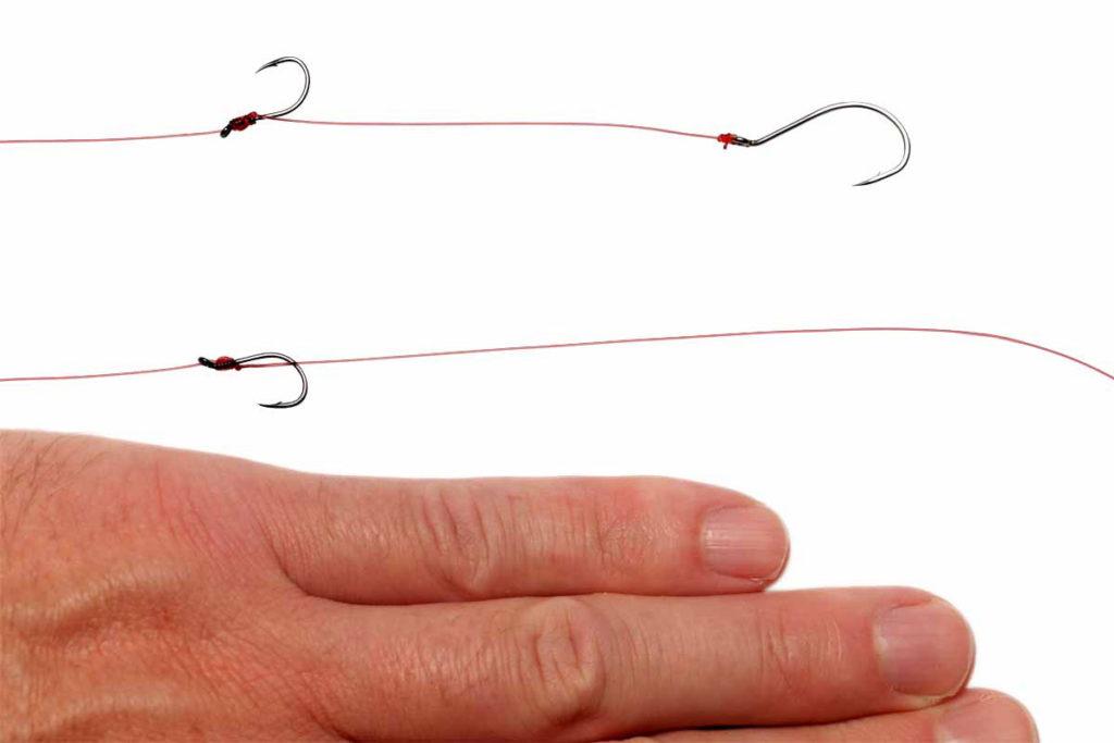 Den oberen Haken bindet man mit einem Plättchenhakenknoten an. Als Abstand empfiehlt sich in etwa der kleine Finger. Foto: J. Radtke