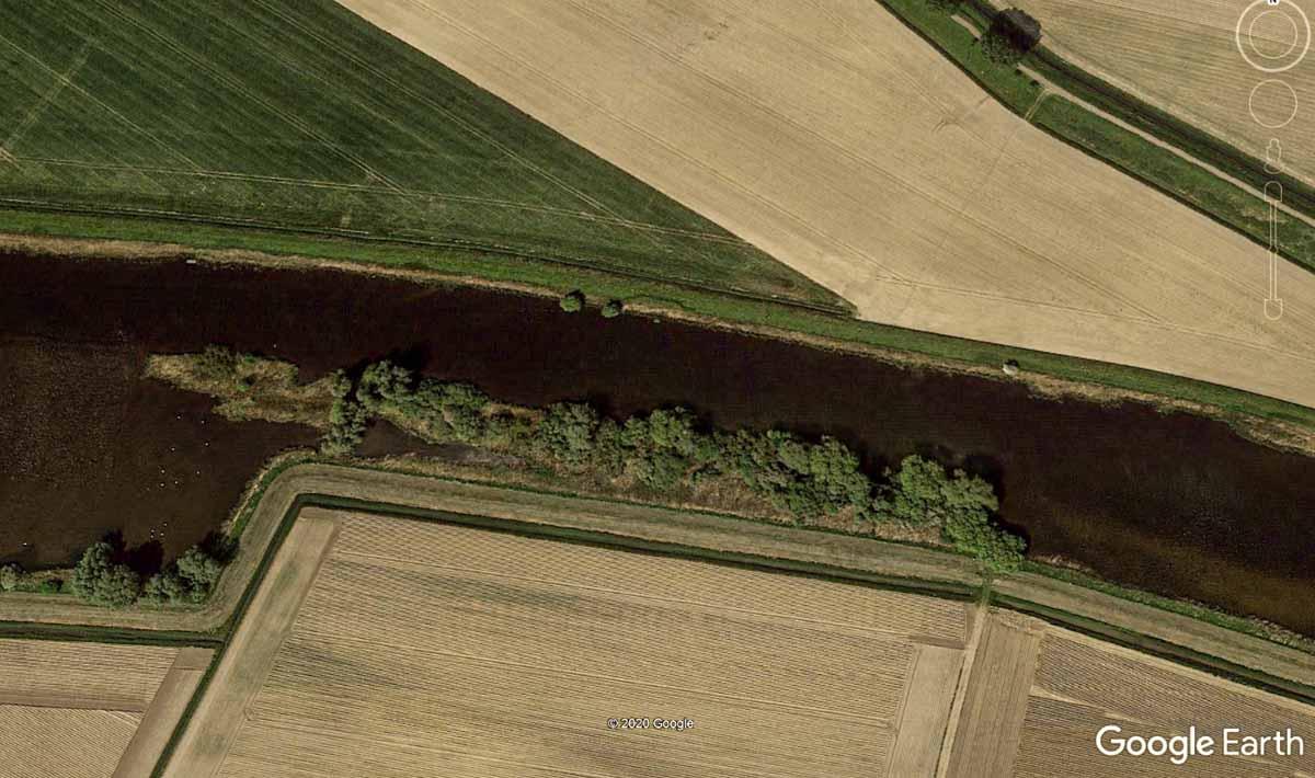 Langsam fließender Fluss mit überhängender Ufervegetation – perfekt für das Fliegenfischen auf Zander! Fischen Sie unbedingt in 2 bis 3 Metern Tiefe, denn dort liegen gern dicke Zander. Foto: Google Earth