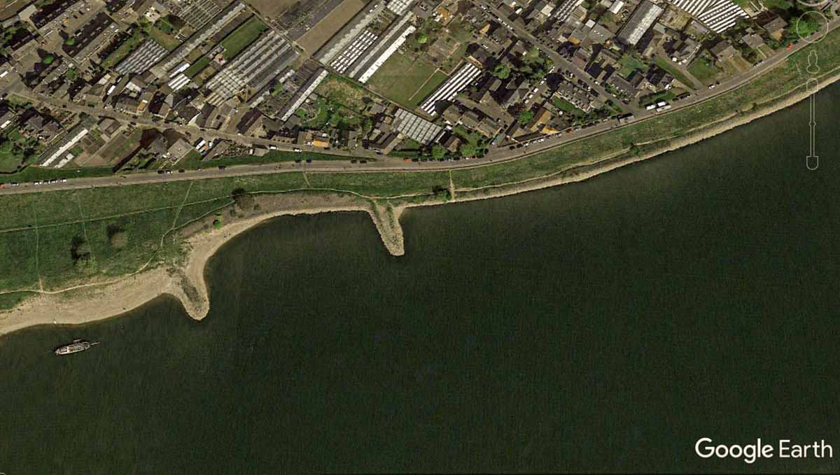 Ein Top-Angelplatz für das Fliegenfischen auf Zander: ein kleines Buhnenfeld. Rechts knallt die Strömung drauf und genau hier ist ein kleines Loch, wo tagsüber Zander ruhen. Foto: Google Earth