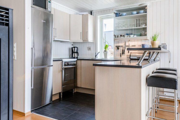 Die Küche des Ferienhauses ist komplett ausgestattet. Selbst ein Bartresen gehört dazu! Foto: BORKS