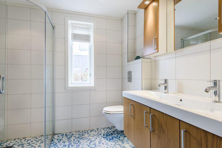 Die beiden Badezimmer sind mit je einer Dusche und einem WC ausgestattet