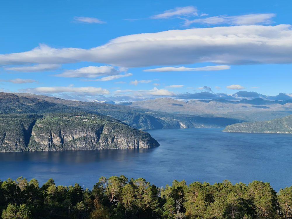 Das Ferienhaus liegt inmitten der idyllischen Natur Fjordnorwegens. Foto: BORKS