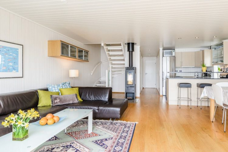 Der Wohn- und Essbereich ist ebenso offen wie gemütlich eingerichtet. Ein Ofen sorgt für angenehme Wärme. Foto: BORKS