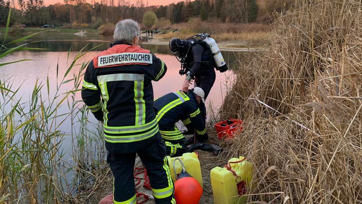 Taucher der Feuerwehr mussten bei der Bergung des Autos aus dem Forellensee helfen. Foto: Freiwillige Feuerwehr Burgdorf