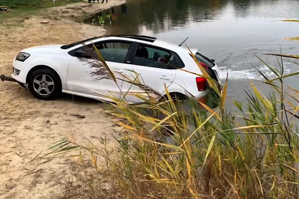 Der Angler hatte vermutlich vergessen, die Handbremse anzuziehen: So landete sein Auto im Forellensee. Foto: Freiwillige Feuerwehr Burgdorf