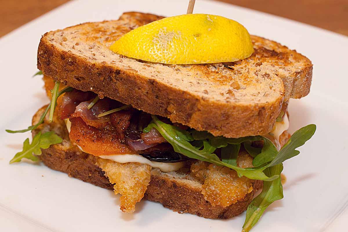 Supereinfach, superlecker: Ein Club Sandwich mit Fisch ist in wenigen Schritten zubereitet. Foto: A. Jagiello